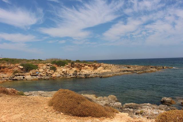 vendicari spiaggia di sassi e scogli