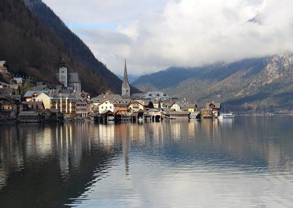 hallstatt paese riflesso nel lago