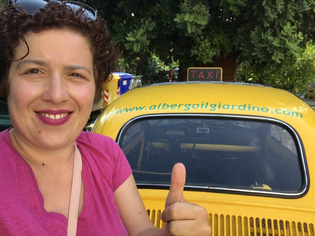 silvia ceriegi con taxi giallo