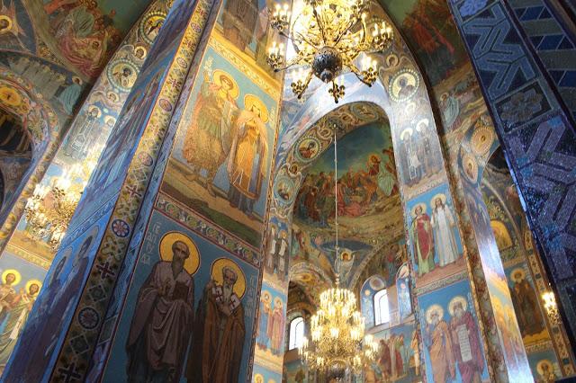 lampadari particolari nell' interno della chiesa del salvatore sul sangue versato a San Pietroburgo