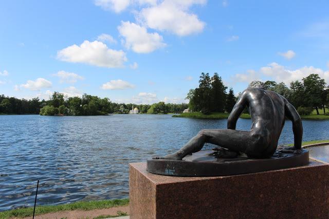 scultura sul lago al palazzo di caterina a Pušhkin