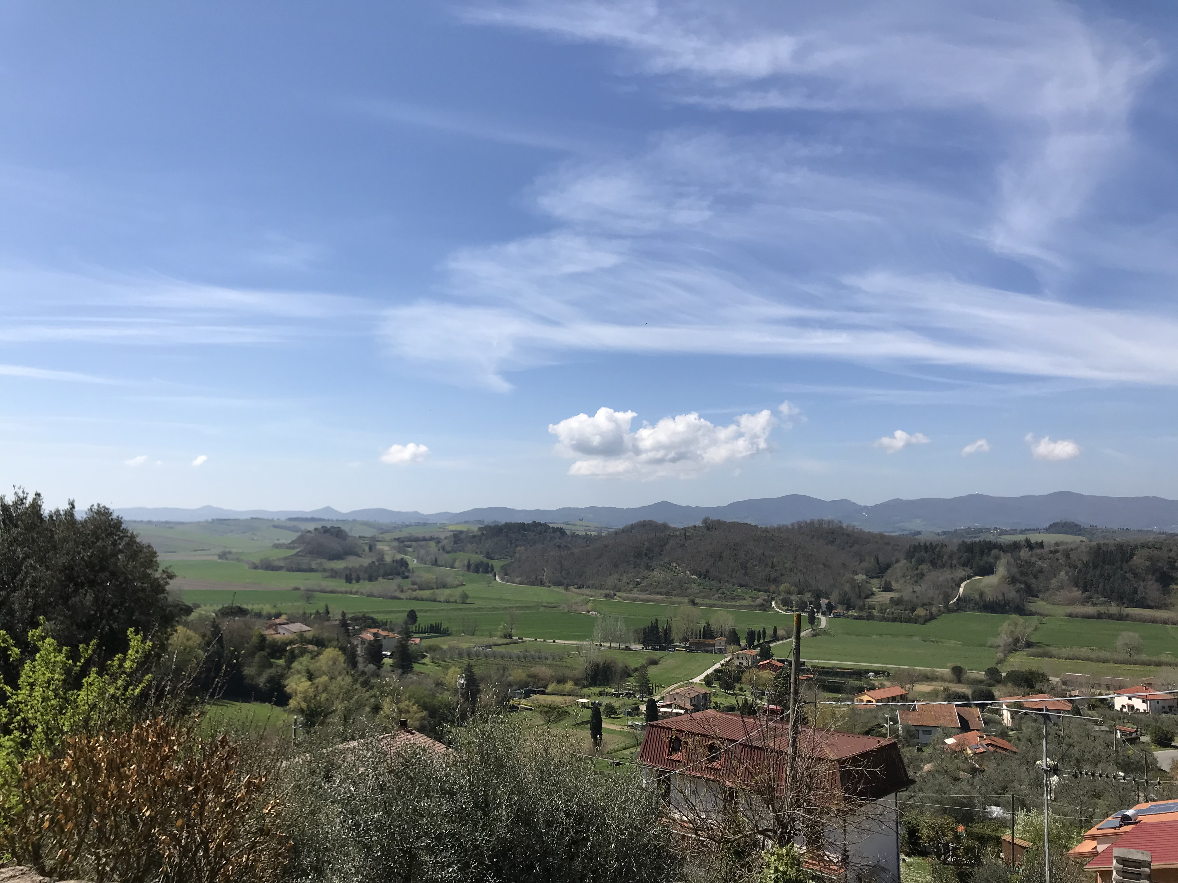 ospiti del borgo veduta sulle colline pisane