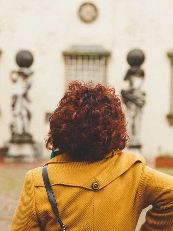 silvia ceriegi rossa di spalle