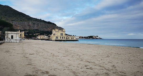 spiaggia di mondello in autunno