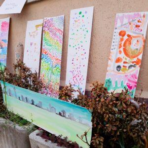 piccola mostra da cortile cartoncini colorati