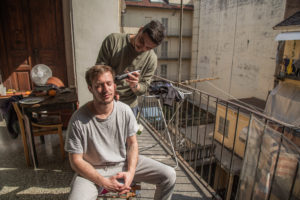 Pietro si fa tagliare i capelli da Francesco sul suo balcone