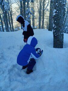 bambini che fanno pupazzi di neve