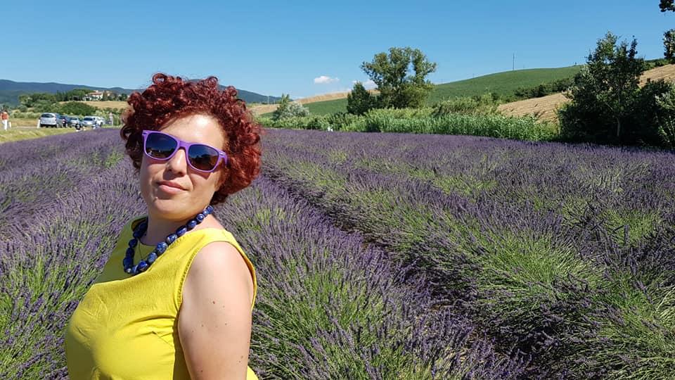 lavanda di snata luce silvia con occhiali viola