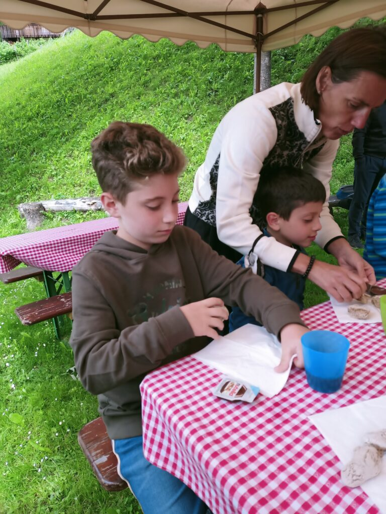 bimbi che mangiano il pane fatto da loro al family resort rainer