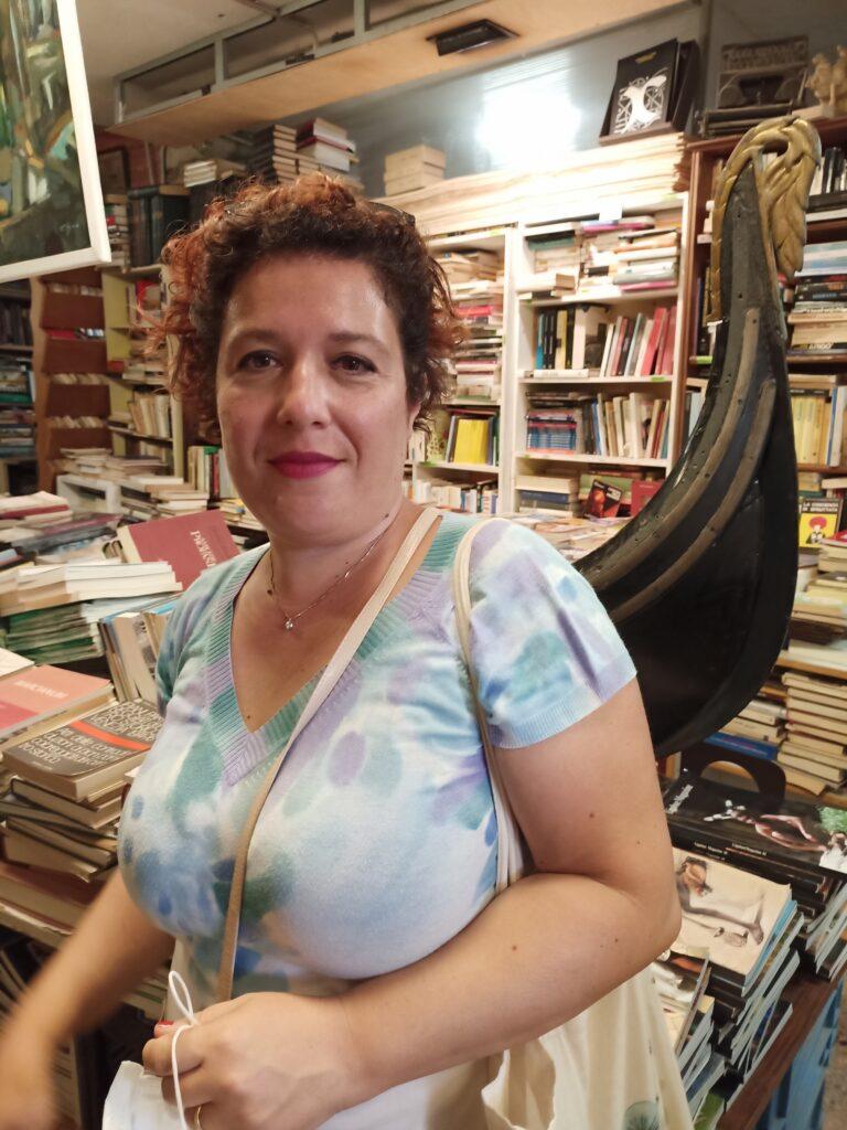 gondola alla libreria acqua alta di venezia
